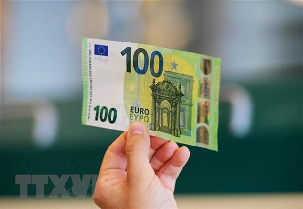 Đồng tiền mệnh giá 100 euro tại Rome, Italia. (Ảnh: AFP/TTXVN)
