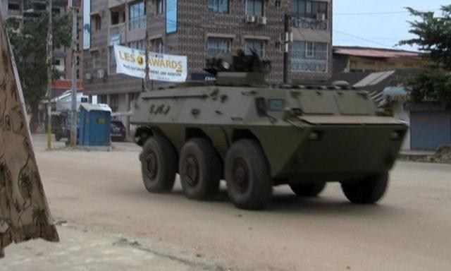 Một xe thiết giáp của quân đội Guinea tại quận Kaloum của thủ đô Conakry ngày 5/9. Ảnh: Reuters.