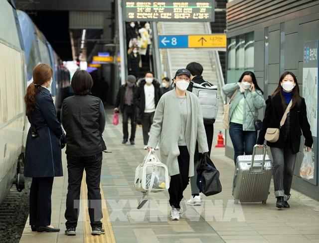Người dân đeo khẩu trang phòng lây nhiễm Covid-19 tại Seoul, Hàn Quốc. Ảnh: THX/TTXVN