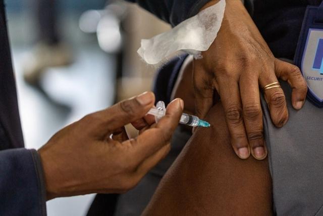 Nhân viên y tế tiêm vaccine Johnson & Johnson cho cư dân ở Cape Town. Ảnh: Bloomberg.
