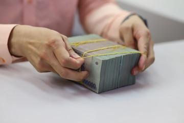 'Bán giấy lấy tiền thật': Cuộc chơi lãi suất lớn, rủi ro cao