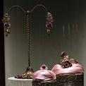 """<p class=""""Normal""""> Ngoài ra, sự nữ tính nhưng đầy quyền lực của một người phụ nữ cũng sẽ được thể hiện trọng vẹn nếu diện lên mình món trang sức lấy cảm hứng từ hoa hồng lãng mạn. Đó là hình ảnh cành hoa nhẹ nhàng thả mình uốn lượn mềm mại trên cổ tay của người chèo thuyền đáy ở Venice.<span>Ảnh:</span><em><span>Dolce &amp; Gabbana</span><span></span></em></p>"""