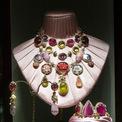 """<p class=""""Normal""""> Kỹ thuật xử lý đá quý kết hợp với nghệ thuật khảm đã có lịch sử hàng thế kỷ đã làm nổi bật những kiệt tác nữ trang """"Made in Italy"""" tinh tế đến từng chi tiết.<span>Ảnh:</span><em><span>Dolce &amp; Gabbana</span><span></span></em></p>"""