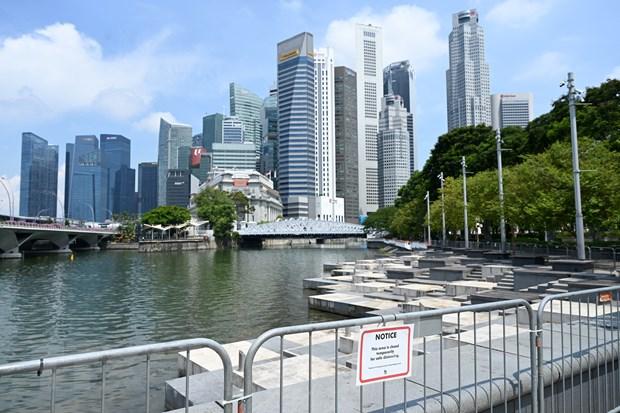 Singapore đóng cửa khu vực công cộng để phòng dịch COVID-19 tại Singapore, ngày 25/6/2021. (Ảnh: AFP/TTXVN)
