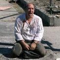 """<p class=""""Normal""""> Một người sống sót ngồi bên ngoài WTC sau vụ tấn công.</p> <p class=""""Normal""""> Nhiều người đã kể lại hành trình thoát hiểm bằng thang bộ chật kín người, ngập khói bụi. Ảnh: <em>Getty Images</em>.</p>"""