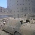 """<p class=""""Normal""""> Bụi và mảnh vỡ phủ lên các ôtô sau vụ tấn công vào WTC. Hầu hết bụi độc hại đều là từ bê tông. Ảnh: <em>AP</em>.</p>"""