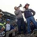 """<p class=""""Normal""""> Tổng thống Bush trao đổi với các nhân viên cứu hộ, lính cứu hỏa, cảnh sát tại Khu vực số 0 ngày 14/9/2001. Ảnh: <em>Reuters</em>.</p>"""