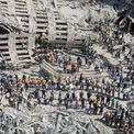 """<p class=""""Normal""""> Nhân viên cứu hộ dọn dẹp các mảnh vỡ của WTC ngày 13/9/2001. Hàng nghìn người có mặt để giúp sức. Họ vẫn tìm thấy người sống sót trong ngày xảy ra vụ tấn công nhưng sau đó thì không. Ảnh: <em>Getty Images</em>.</p>"""
