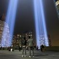 """<p class=""""Normal""""> Nhiều năm sau các vụ tấn công, New York đều tổ chức sự kiện để tưởng nhớ ngày thảm họa và những người đã thiệt mạng.</p> <p class=""""Normal""""> Trong ảnh, mọi người theo dõi sự kiện """"Tribute in Light"""" ở hạ Manhattan ngày 11/9/2018. Ảnh: <em>Getty Images</em>.</p>"""