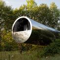 <p> Nhà có lớp vỏ bằng thép không gỉ dày 4 mm, phản chiếu quanh cảnh xung quanh. Đường kính nhà khoảng 3,5 m và chiều dài 12 m, nằm trên địa hình dốc nên trông như đang lơ lửng. Hiện căn nhà đặc biệt này được đặt trong công viên Nikola-Lenivets, thành phố Kaluga, nước Nga.</p>