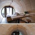 <p> Bên trong, nội thất làm từ gỗ và kim loại. Nhờ lớp cách nhiệt bằng bọt xốp polyurethane, căn nhà mát mẻ quanh năm.</p>