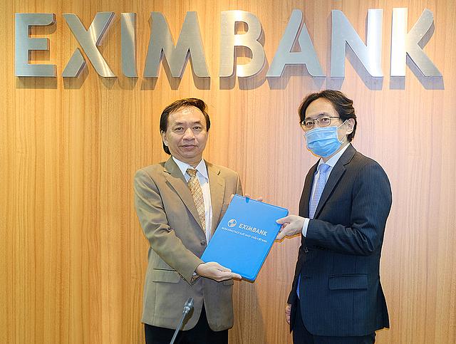 Chủ tịch Eximbank trao quyết định bổ nhiệm vị trí Tổng giám đốc cho ông Trần Tấn Lộc (bên trái). Ảnh: Eximbank