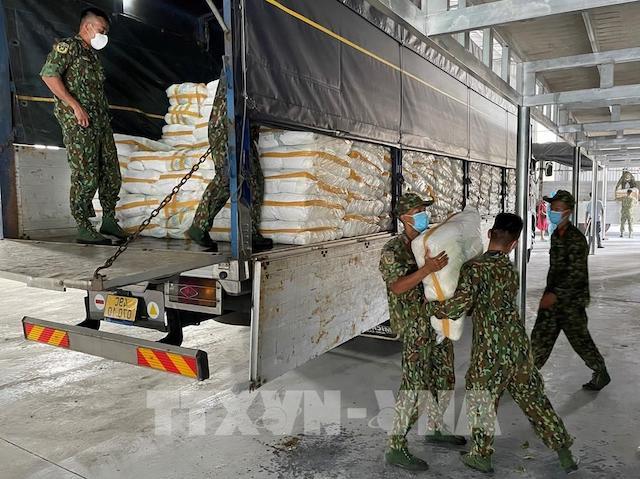 """Bộ đội hỗ trợ tập kết gạo do Chính phủ cấp về kho để phân chia cho người dân khu vực """"ai ở đâu ở yên đó"""""""