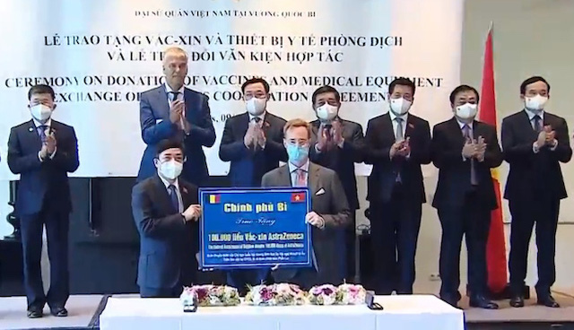 Chủ tịch Quốc hội Vương Đình Huệ chứng kiến đại diện Bộ Ngoại giao Bỉ trao 100.000 liều vaccine AstraZeneca cho Việt Nam để hỗ trợ phòng chống dịch COVID-19.