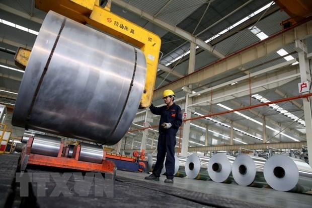 Công nhân làm việc tại một nhà máy sản xuất nhôm ở Hoài Bắc, tỉnh An Huy, Trung Quốc. Ảnh: AFP/TTXVN