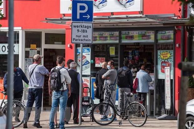 Khách hàng chờ mua sắm tại Kehl, biên giới Pháp và Đức. (Ảnh: AFP/TTXVN)