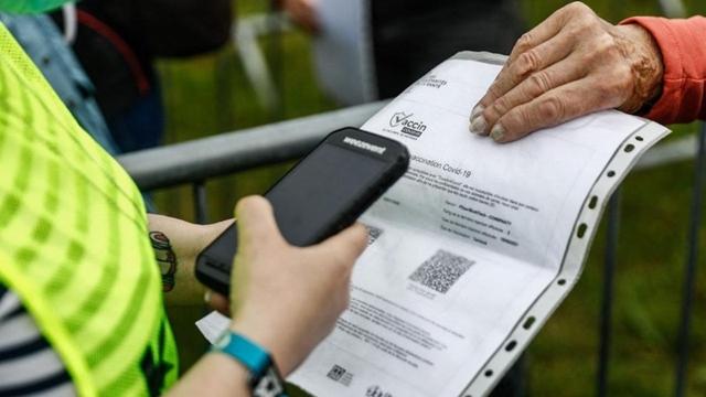 Một người được kiểm tra giấy chứng nhận đã tiêm vaccine trước khi vào xem lễ hội âm nhạc Les Vieilles Charrues ở Pháp. Ảnh: AFP.