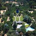 """<p class=""""Normal""""> Đây là một quần thể rộng gần 30 ha với 7 căn biệt thự được thiết kế theo phong cách đồng quê nước Anh. Trong khu có tổng cộng 4 hồ bơi, 1 sân tennis và 1 vườn hoa.<span>Ảnh:</span><em>Christie's International Real Estate.</em></p>"""