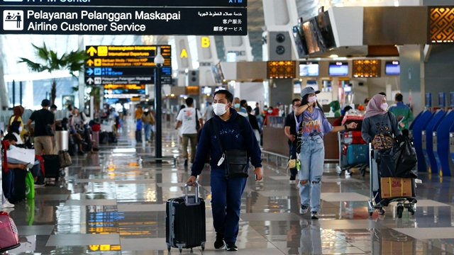 Travelers pass through the Soekarno-Hatta Airport. Garuda's passenger revenue per available seat mile dropped 43% in 2020, the most among the region's airlines.   © Reuters