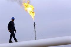Nguồn cung tại Mỹ thắt chặt, giá dầu tăng hơn 2%