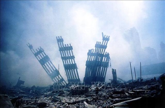 Hiện trường đổ nát sau vụ tấn công khủng bố nhằm vào tòa tháp đôi Trung tâm thương mại thế giới tại New York, Mỹ, ngày 11/9/2001. Ảnh: AFP/TTXVN