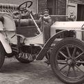 """<p> <span style=""""color:rgb(0,0,0);"""">Chiếc xe đầu tiên công suất 10 mã lực của Rolls và Royce ra đời vào đầu tháng 12/1904 tại triển lãm ôtô ở Pháp, ngay trước lễ Giáng sinh. Những chiếc xe được sản xuất sau này sẽ có tên là """"Rolls-Royce"""". Hãng Rolls-Royce Ltd. chính thức được thành lập vào ngày 15/3/1906 và chuyển về Derby năm 1908. </span>Ảnh: <em>Goodwood</em></p>"""