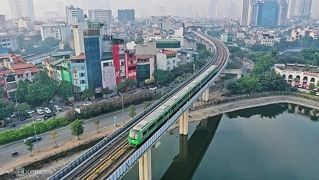 Đoàn tàu chạy thử qua hồ Hoàng Cầu cuối năm 2020. Ảnh: Giang Huy