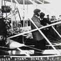 """<p> <span style=""""color:rgb(0,0,0);"""">Năm 1910, ông trở thành người thứ hai ở Vương Quốc Anh được trao bằng lái máy bay. Cùng năm đó, ông là người Anh đầu tiên bay qua eo biển Manche và là người lái máy bay đầu tiên hoàn thành chặng bay hai chiều Anh-Pháp. Trong ảnh là lúc</span>Rolls đang chờ để cất cánh trong một chuyến bay đáng nhớ vào năm tháng 6/1910. Ảnh: <em>Dover Library</em></p>"""