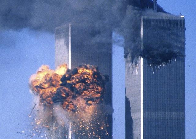 Hai trong số bốn chiếc máy bay bị nhóm khủng bố chiếm quyền kiểm soát đã lần lượt đâm vào hai tòa nhà thuộc khu Trung tâm Thương mại Thế giới vào ngày 11/9/2001. Ảnh: Reuters.