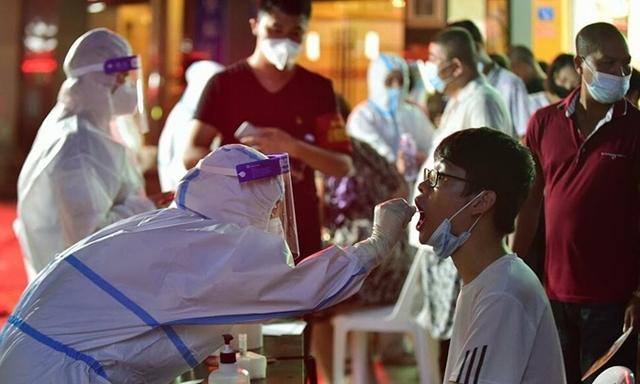 Nhân viên y tế lấy mẫu xét nghiệm Covid-19 cho người dân quận Tiên Du, thành phố Phủ Điền, tỉnh Phúc Kiến, ngày 12/9. Ảnh: Xinhua