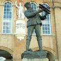 <p> Bức tượng Charles Rolls trên tay cầm thiết bị bay sơ khai đã được đặt tạiMonmouth, Wales để tưởng nhớ một tài năng xuất chúng. Ảnh: <em>Enacademic</em></p>
