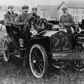<p> Rolls gặp Royce vào một bữa ăn trưa tại khách sạn ở Manchester ngày 4/5/1904 và đi đến thỏa thuận rằng Royce sẽ lắp ráp xe cho Rolls tiêu thụ. Những chiếc xe được đưa về London để giới thiệu với đối tác kinh doanh của Rolls - Claude Johnson. Johnson sau này trở thành giám đốc điều hành đầu tiên của Rolls-Royce. Ảnh: <em>Getty Images</em></p>
