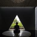 <p> Các không gian mở như sân thượng, khu tập, yoga được đặt dưới mái che, tạo không gian đệm trước khi vào nhà. Tầng thượng là khu vực yên tĩnh, phục vụ cho việc tái tạo tinh thần. Khu thiền được bao quanh bởi nước và ánh sáng.</p>