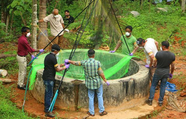 Cục Chăn nuôi và các quan chức Lâm nghiệp kiểm tra giếng để bắt dơi tại Changaroth ở Kozhikode thuộc bang Kerala, Ấn Độ, hồi tháng 5/2018. Ảnh: Getty Images