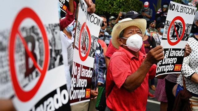 Hôm 7/9, hàng nghìn người dân El Salvador đã xuống đường biểu tình để phản đối luật Bitcoin. Ảnh: Financial Times.