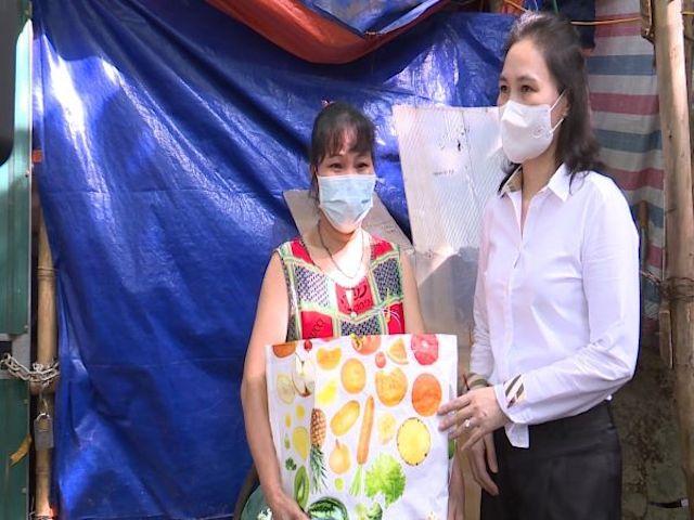 Chủ tịch UBND quận Hà Đông Cấn Thị Việt Hà đi thăm và tặng túi an sinh đợt 2 cho nhóm công nhân xây dựng ngoại tỉnh và hộ gia đình thuê trọ có hoàn cảnh khó khăn trên địa bàn phường Phú La.