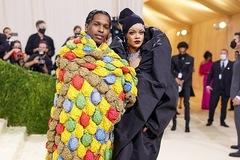 Váy của tỷ phú Rihanna mặc trên thảm đỏ Met Gala 2021 gây sốt