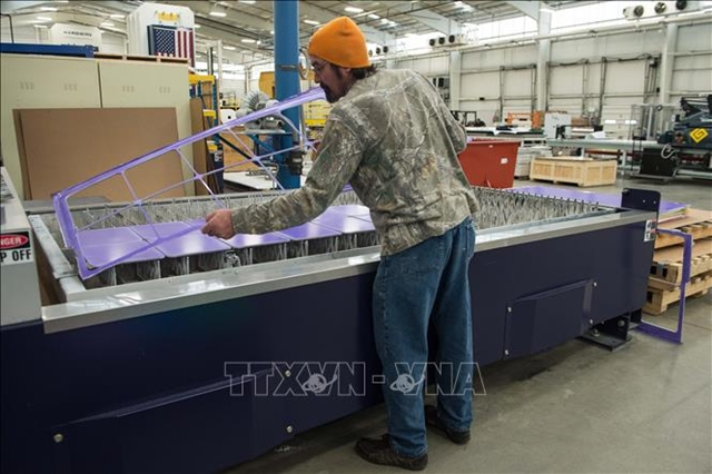 Công nhân làm việc tại một nhà máy ở thành phố Pocomoke, Maryland, Mỹ ngày 1/3/2018. Ảnh minh họa: AFP/ TTXVN