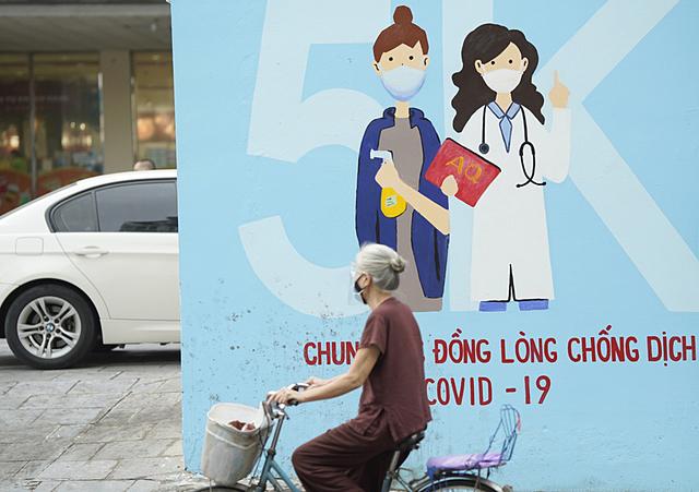 Bức tranh cổ động công tác phòng, chống dịch Covid-19 tại phố Thái Thịnh, quận Đống Đa, Hà Nội. Ảnh: Phạm Chiểu.