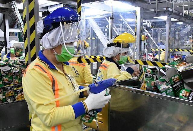 Công nhân sản xuất tại nhà máy của Công ty Nestle tại KCN Amata