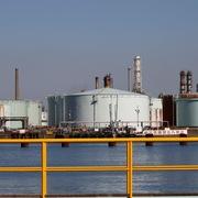 Tồn kho tại Mỹ giảm sâu, giá dầu tăng mạnh