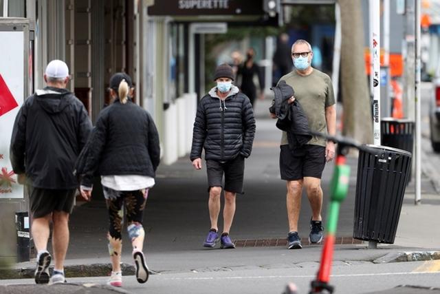WHO lần đầu báo cáo số ca nhiễm Covid-19 giảm trên phạm vi toàn cầu sau hai tháng. Ảnh: Reuters.