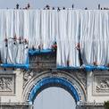 """<p class=""""Normal""""> Vladimir Yavachev, cháu trai của Christo và là giám đốc hoạt động của dự án, người đã làm việc với nghệ sĩ trong 30 năm, giải thích rằng màu sắc lung linh của vải và những sợi dây sống động là """"cách giải thích thơ mộng"""" của Christo về màu xanh, trắng và đỏ của quốc kỳ Pháp. Loại vải này cũng rất gợi nhớ đến những mái nhà có màu xám bạc ở Paris. Ảnh:<em>Thomas Samson/AFP</em></p>"""