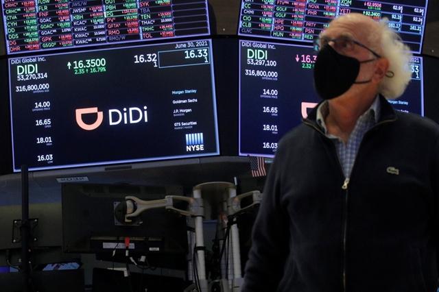 Các nhà đầu tư phản ứng trái chiều với những động thái của Bắc Kinh. Ảnh: Reuters.