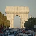 """<p class=""""Normal""""> """"L'Arc de Triomphe, Wrapped"""" là một tác phẩm nghệ thuật về môi trường với ý nghĩa """"làm gián đoạn các trải nghiệm hàng ngày"""". 60 năm trước, nghệ sĩ Christo đã nghĩ về việc bọc Khải Hoàn Môn nhưng cho đến đầu năm 2020 thì dự án có kế hoạch triển khai. Tuy nhiên, do dịch bệnh mà phải lùi lại. Đến năm nay, sau hơn 1 thập kỷ kể từ khi Jeanne-Claude qua đời và hơn 1 năm Christo không còn trên cõi đời này nữa, tác phẩm mới được hoàn thành. Ảnh:<em>Benjamin Loyseau/Christo and Jeanne-Claude Foundation</em></p>"""