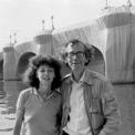 """<p class=""""Normal""""> Cặp đôi nghệ sĩ Christo và Jeanne-Claude nổi tiếng với những dự án đầy tham vọng như Valley Curtain, vách ngăn bằng vải màu cam được treo giữa hai ngọn núi ở Colorado hay Surrounded Islands ở Florida, nơi họ sử dụng những miếng vải màu hồng phát sáng khổng lồ để bao quanh một loạt hòn đảo ở Vịnh Biscayne. Ảnh:<em>Wolfgang Volz/Courtesy Christo and Jeanne-Claude Foundation</em></p>"""