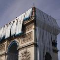 """<p> Dự án tiêu tốn tổng cộng 16,5 triệu USD và được làm trong 12 tuần. Tuy nhiên, giống như tất cả các công trình trước, """"L'Arc de Triomphe, Wrapped"""" sẽ được tài trợ hoàn toàn thông qua việc bán các bản vẽ chuẩn bị và các tác phẩm nghệ thuật gốc khác. Ảnh:<em style=""""color:rgb(0,0,0);"""">Wolfgang Volz/Courtesy Christo and Jeanne-Claude Foundation</em></p>"""