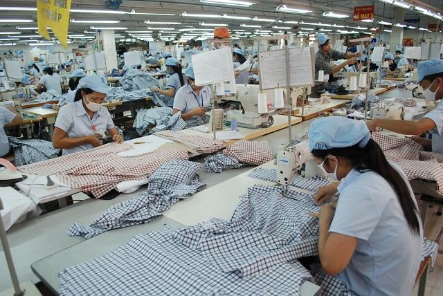 Dệt may là một trong nhiều ngành hàng chủ lực của Việt Nam đang phụ thuộc lớn vào nguyên, phụ liệu nhập khẩu từ Trung Quốc. Ảnh: T.Bình.