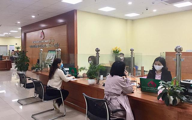 Cán bộ Chi nhánh Ngân hàng Chính sách xã hội thành phố Hà Nội rà soát các trường hợp được hỗ trợ vay vốn. Ảnh tư liệu: Nguyễn Thắng/TTXVN.