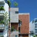 """<p class=""""Normal""""> Chi House tọa lạc tại một khu dân cư yên tĩnh của quận Phú Nhuận, TP HCM. Khu đất có diện tích 71 m2, hình dáng phức tạp. Khu đất phức tạp và mặt tiền hướng Tây trở thành """"thứ pha tạp hấp dẫn"""" đối với kiến trúc sư - chủ nhân.</p>"""